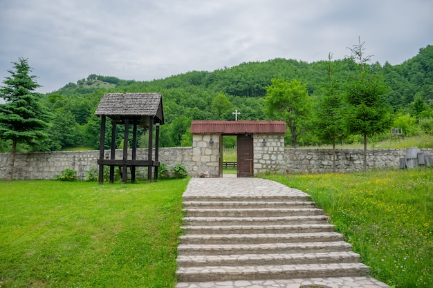 O mosteiro medieval de pivsky está localizado entre as montanhas no norte de montenegro.