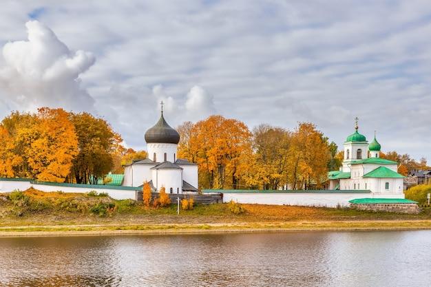 O mosteiro mirozhsky pskov rússia