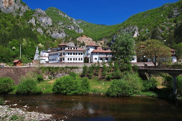 O mosteiro nas montanhas verdes da bósnia e herzegovina