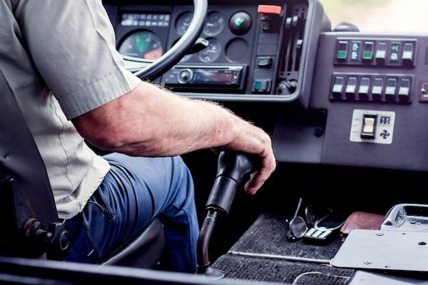 O motorista do ônibus muda a velocidade. gestão profissional de veículos