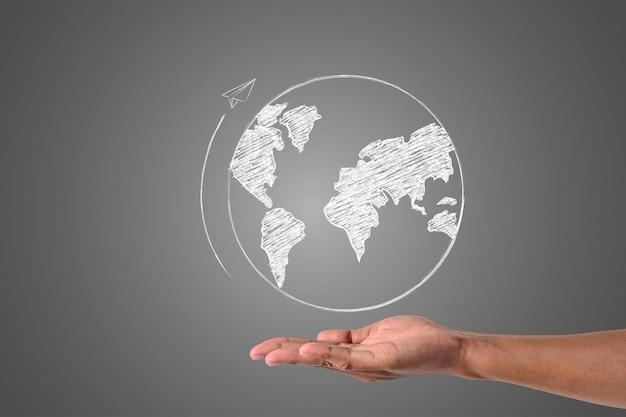 O mundo escreve com giz branco está na mão, desenhar conceito.