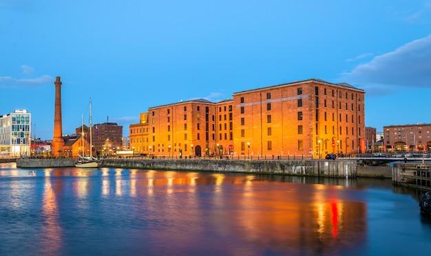 O museu marítimo merseyside e o pumphouse em liverpool - inglaterra
