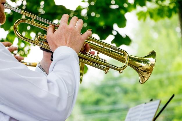 O músico toca trompete durante um concerto ao ar livre