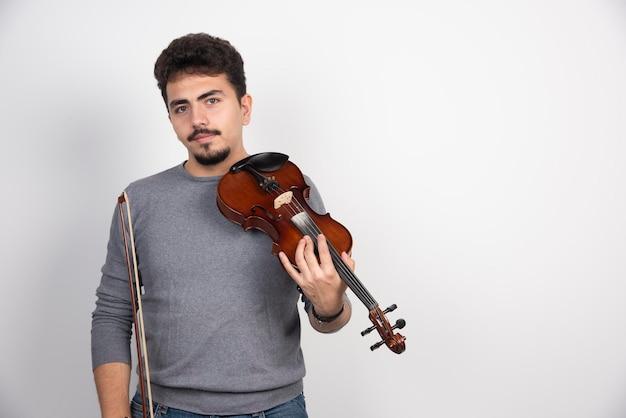 O músico toca uma peça clássica romântica em seu violino.