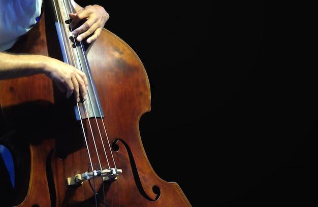 O músico tocando contrabaixo.
