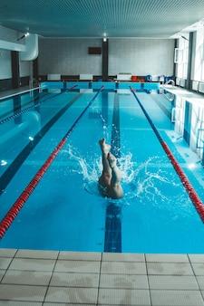O nadador empurra a borda da piscina