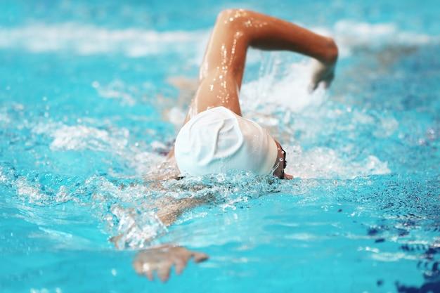 O nadador treina na piscina com água limpa