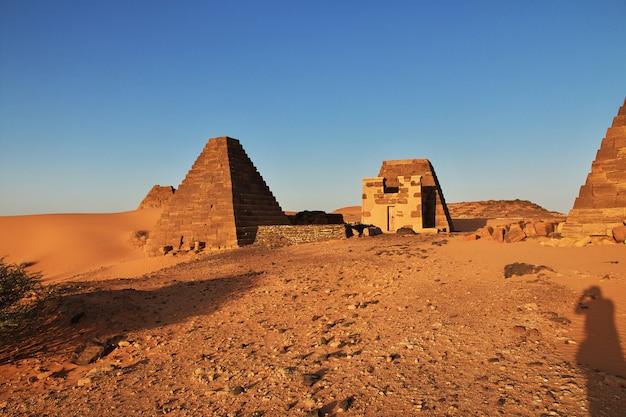 O nascer do sol, as pirâmides antigas de meroe no deserto do saara, sudão