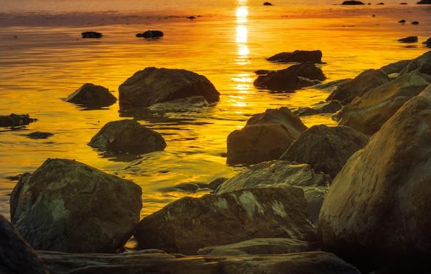 O nascer do sol sobre o mar e a bela paisagem de nuvens em anapa