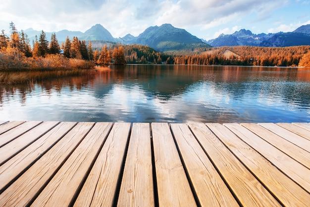 O nascer do sol sobre um lago no parque high tatras. shtrbske pleso,