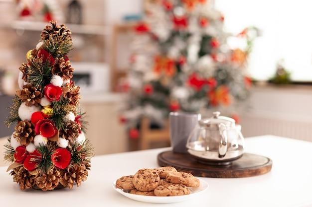 O natal vazio decorado com uma cozinha culinária sem ninguém pronto para o feriado de natal