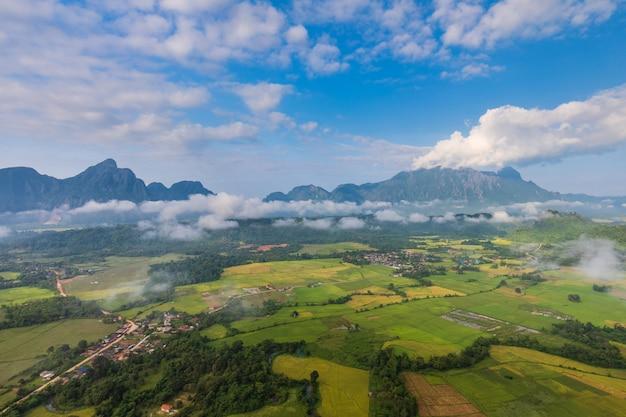 O natural ainda é puro e belo em vang vieng, laos.