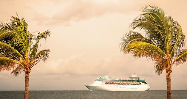 O navio da royal caribbean navega no porto das bahamas