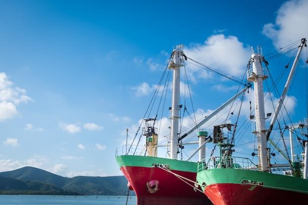 O navio de carga ou o barco de pesca entraram no molhe em songkhla.