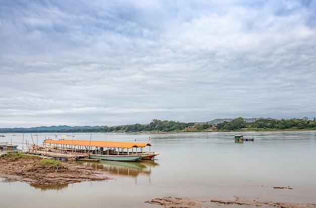 O navio de cruzeiros e a pesca de flutuação no rio de mekong em loei em tailândia.