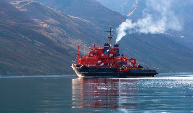 O navio de resgate na baía da península de kamchatka