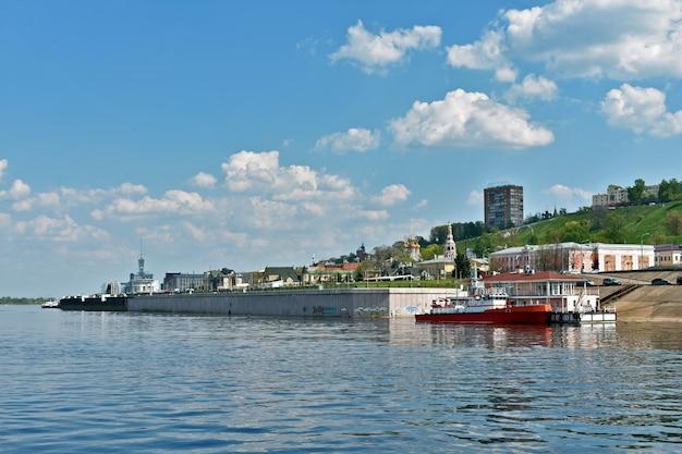 O navio navega ao longo da costa de nizhny novgorod