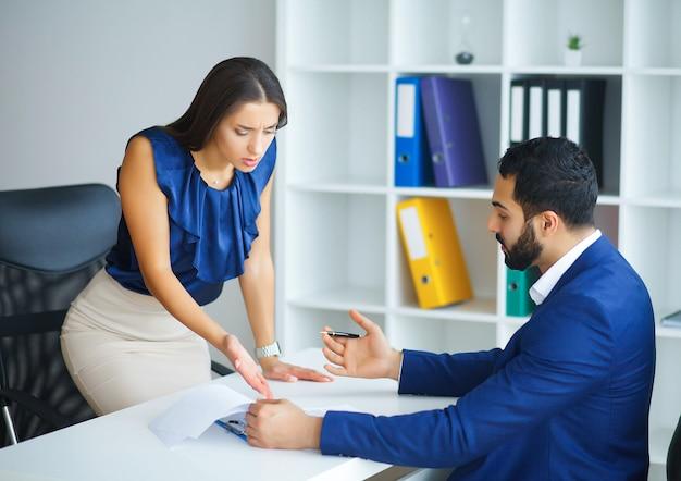 O negócio. mulher de negócios de escritório e homem de negócios, levando a falar um