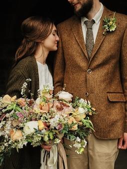 O noivo abraça a igreja noiva, dia nublado. fechar-se
