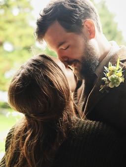 O noivo abraça a noiva em um dia nublado
