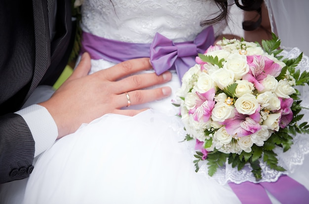 O noivo abraça a noiva
