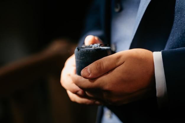 O noivo, com ternura, dá as mãos entre eles, amor e relacionamentos