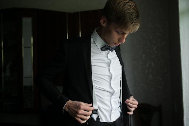O noivo elegante de terno