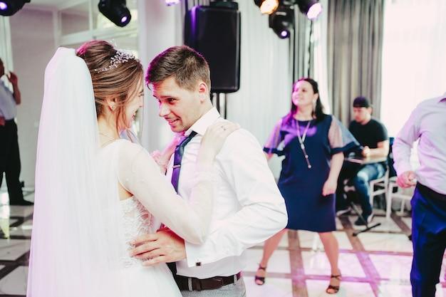 O noivo olha para a noiva