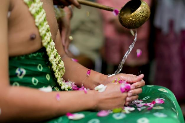 O noivo tradicional de javanese está tendo a cerimónia de casamento do siraman