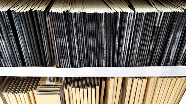 O notebook disponível para venda na prateleira na livraria