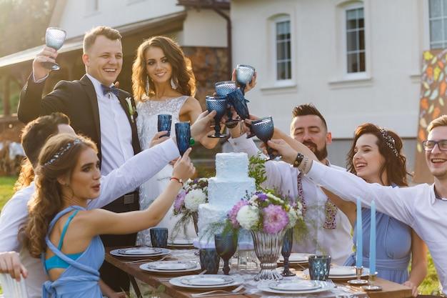 O novo casal casado e convidados