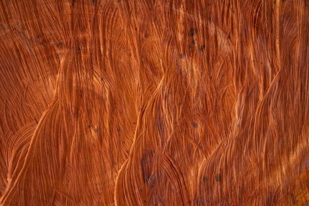 O núcleo da madeira que foi cortado internamente a textura da madeira é castanho avermelhado escuro.