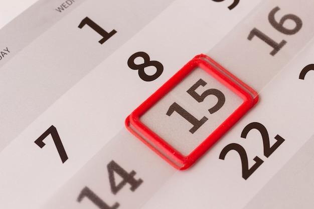 O número 15 está marcado com uma borda vermelha no calendário