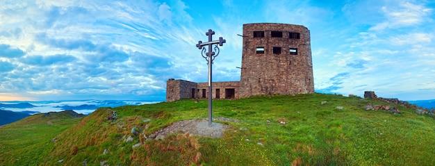 O observatório do nascer do sol de verão destrói a vista panorâmica no topo da montanha pip ivan com a cruz cristã perto (chornogora ridge, cárpatos, ucrânia).