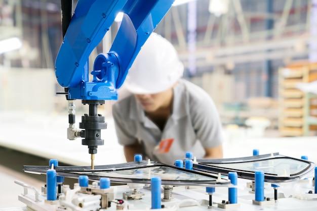 O oficial profissional verifica o robô se movendo para o vidro na base do gabarito