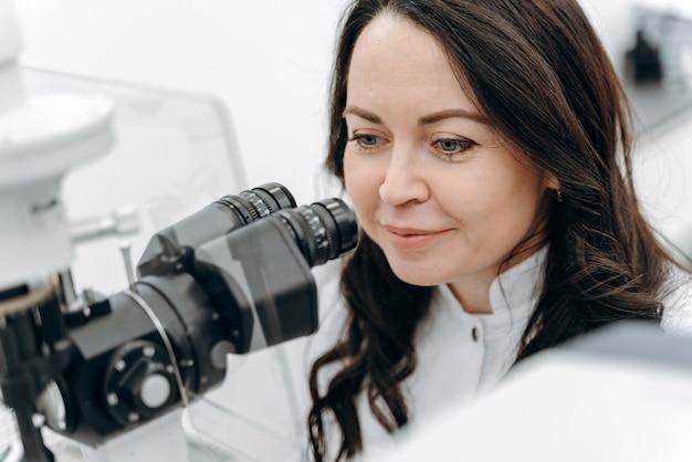 O oftalmologista trabalha com a ajuda de equipamentos médicos especiais e examina a visão no hospital