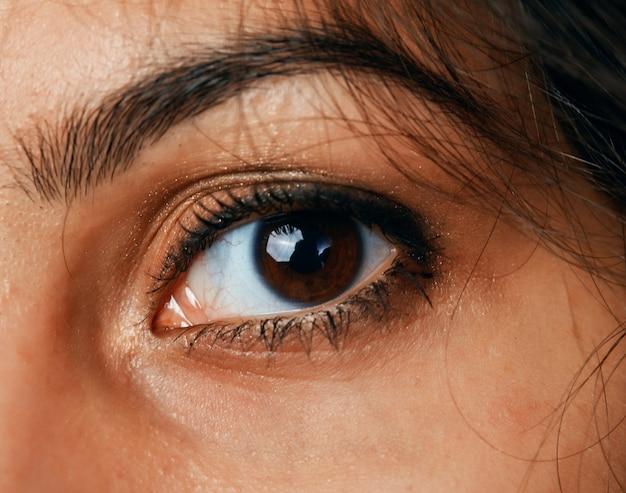O olho de uma linda mulher de cabelos negros