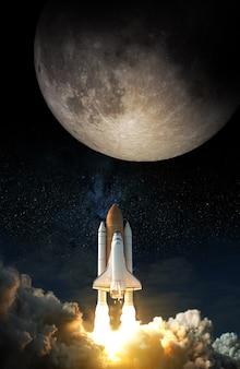 O ônibus espacial decola em direção à lua.