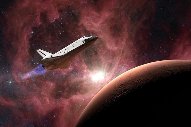 O ônibus espacial decolando em uma missão no plano de fundo do planeta marte
