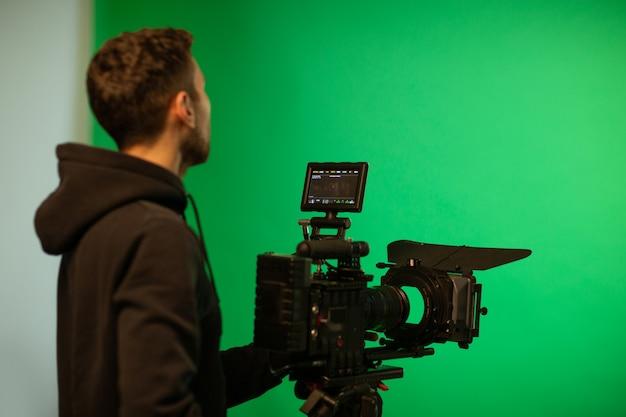 O operador de câmara usa a câmera no estúdio