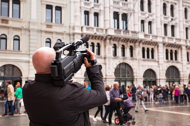 O operador de câmera tira um filme na rua