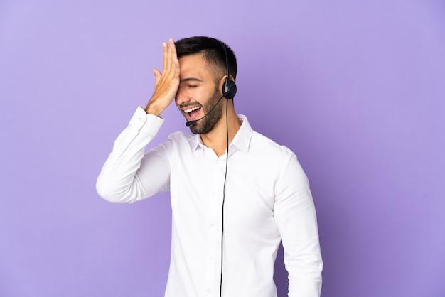 O operador de telemarketing que trabalha com um fone de ouvido isolado em um fundo roxo percebeu algo e pretende encontrar a solução