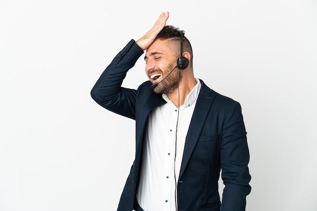 O operador de telemarketing que trabalha com um fone de ouvido isolado em uma parede branca percebeu algo e tem a intenção de encontrar a solução