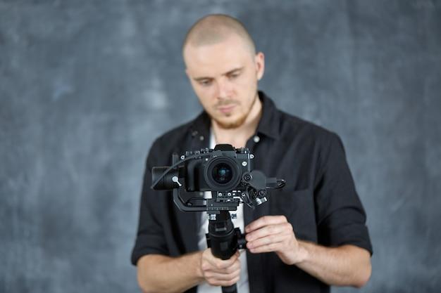 O operador grava vídeo usando uma câmera de vídeo profissional em um estabilizador de cardã de 3 eixos