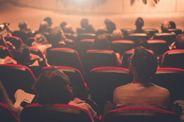 O orador falando sobre conferência de negócios. audiência na sala de conferências.