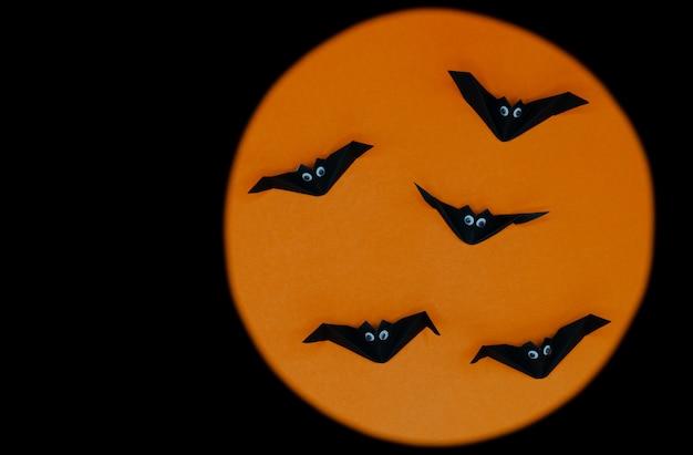 O origami de halloween (ou dobradura de papel) de morcegos