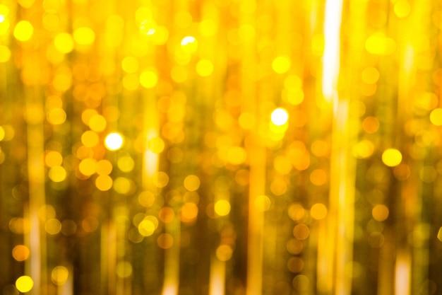 O ouropel festivo de cor dourada.