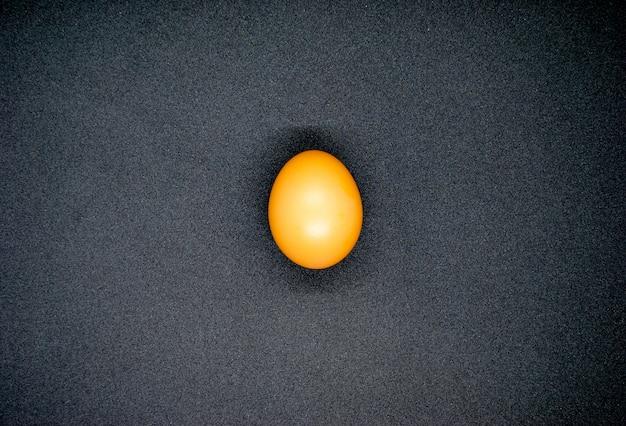 O ovo marrom no fundo preto