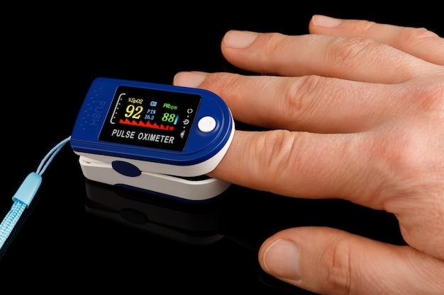 O oxímetro de pulso é um dispositivo para medir a quantidade de oxigênio no sangue no dedo