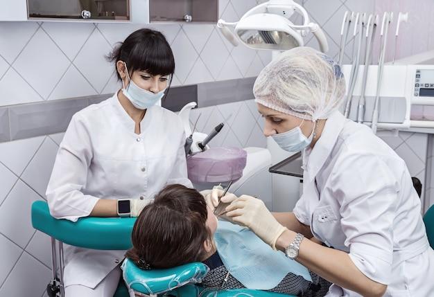 O paciente está em tratamento odontológico. fechar-se.